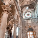 Interior de la Catedral St James en mantenimiento Sibenik Croacia